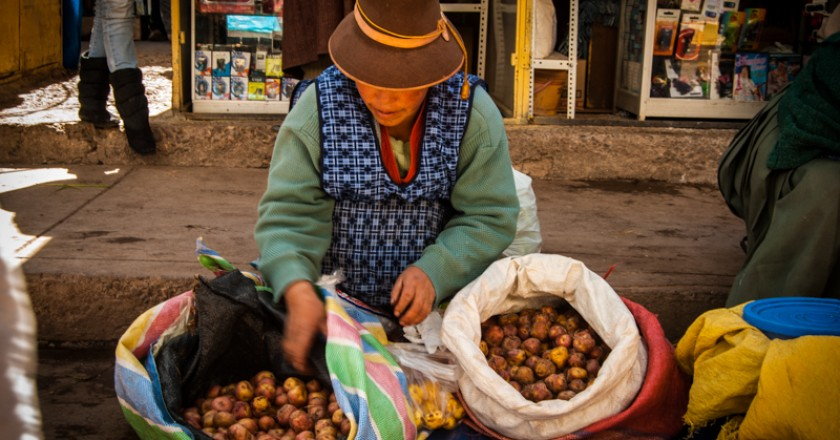 Casera Selling Potatoes by the Market (Photo: Wayra)