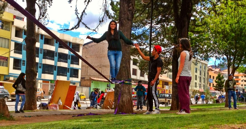 Slacklining on the Avenida de la Cultura (Photo: Walter Coraza)