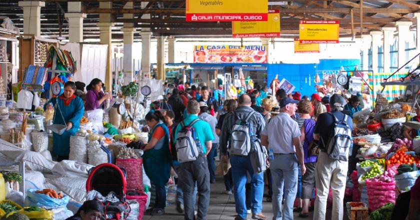 Tourists and Others in the San Pedro Food Market of Cuzco (Photo: Walter Coraza Morveli)