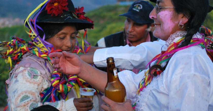 Sharing a Glass of Beer During the Carnival feast in Cuzco (Photo: Walter Coraza Moreli)