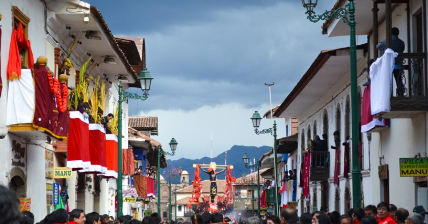 Plateros Street Filled with nice Decoration Waiting the Lord Earthquake Blessing (Photo: Walter Coraza Morveli)