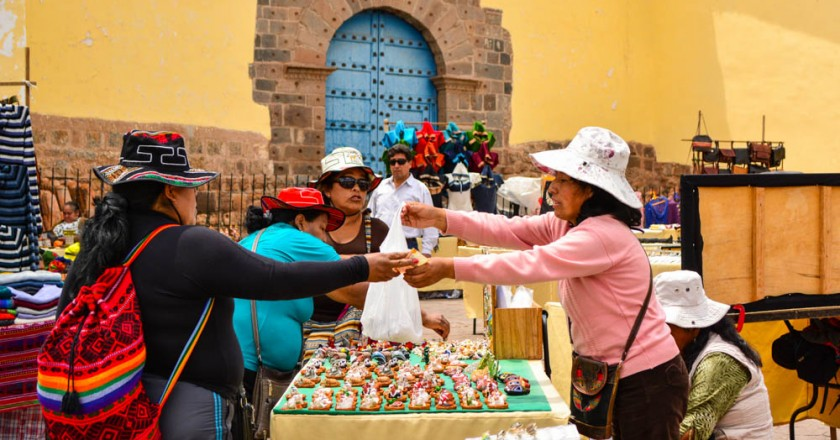 San Blas Artisan Fair, Tourist Buying Gifts (Walter Coraza Morveli)