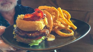 Papacha Hamburguer (Blue Cheese, Bacon, Sauco Ketchup) and Onion Rings (Walter Coraza Morveli)