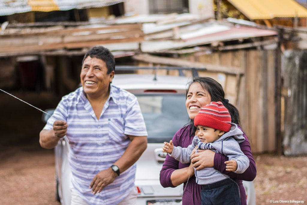 Father, Daughter, and Grandson Flying a Kite (Luís Olivera Echegaray)