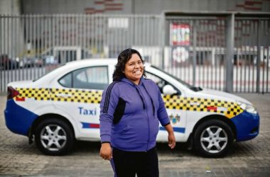 Woman Driving a Taxi in Lima (foto : El Comercio)