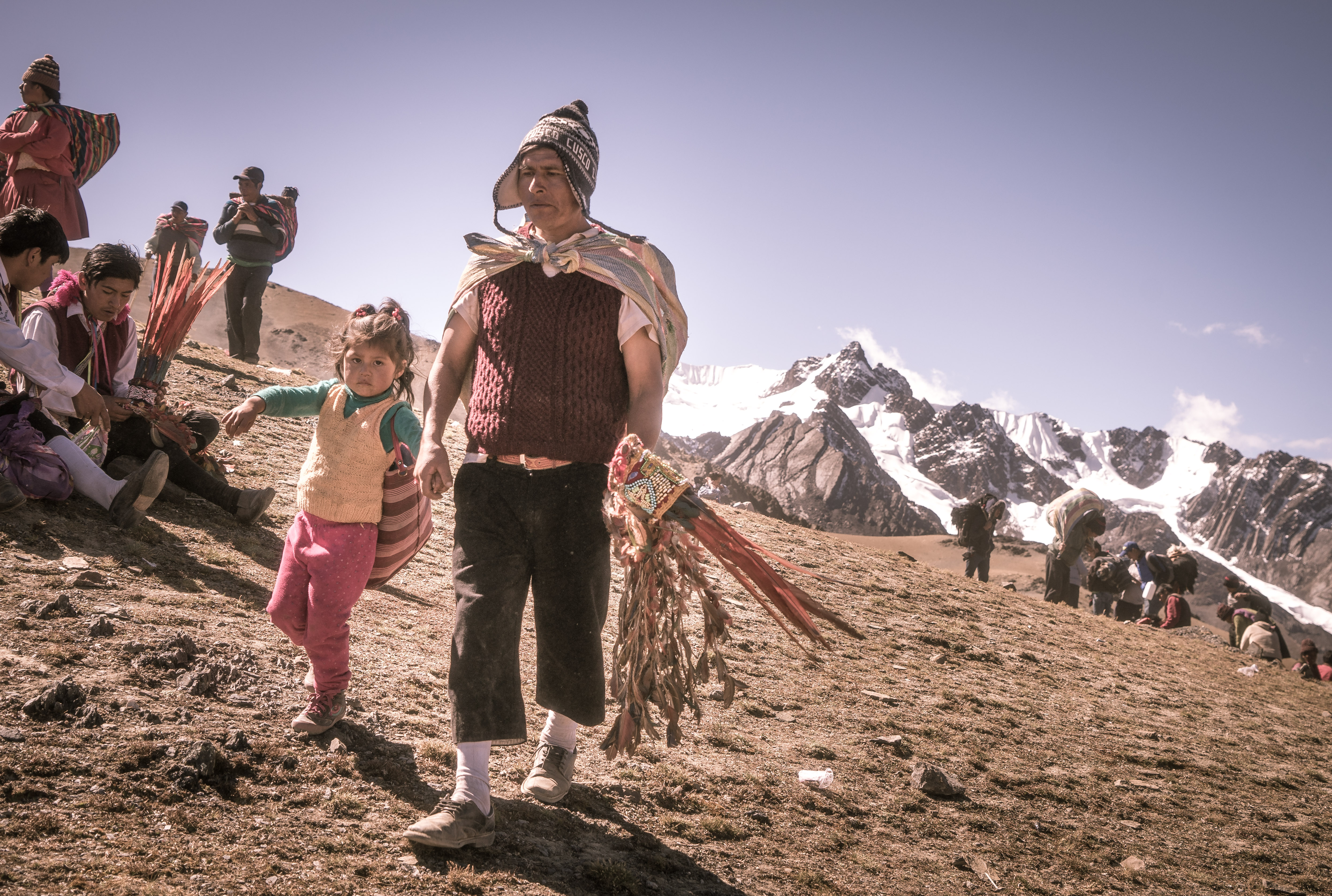 An andean man and his doughter walking up the mountains (Photo by Walter Coraza Morveli)