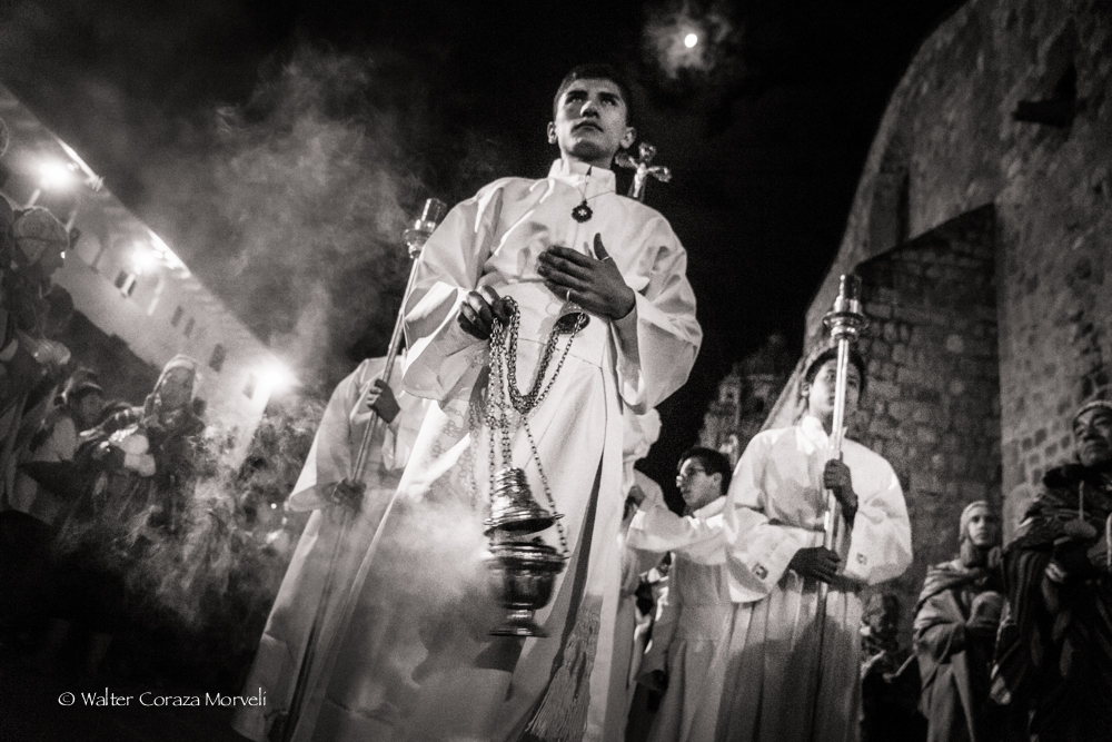 A young priest burning inciense during the procession of the Lord (Photo by Walter Coraza Morveli)