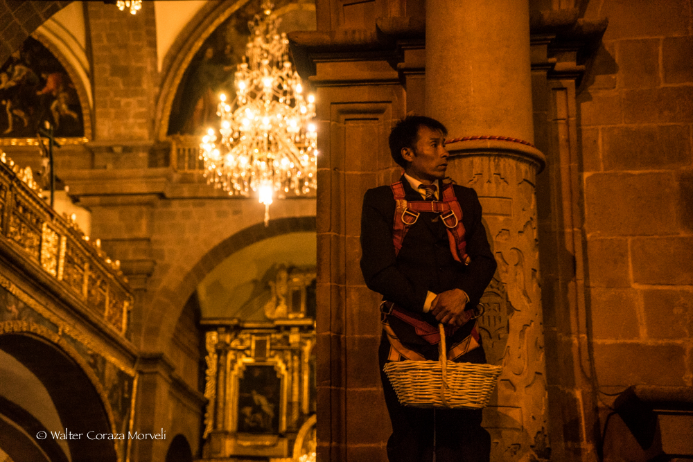 A man waiting for the Lord of Temblors in La Compañia Church to throw him with flowers (Photo by Walter Coraza Morveli)