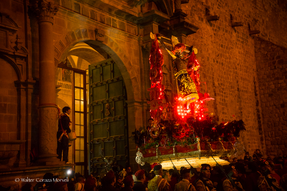 The Lord of Temblor getting into the Compañia Church where is going to rest for a moment before arrives to the main plaza of Cusco (Photo by Walter Coraza Morveli)
