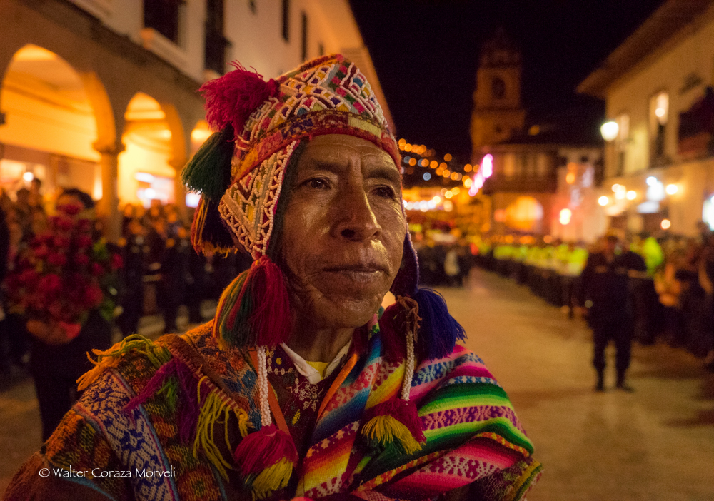 A man form the Comparsa of Wayrichunchu Pucapakuri looking the procession of the Taytacha (Photo by Walter Coraza Morveli)