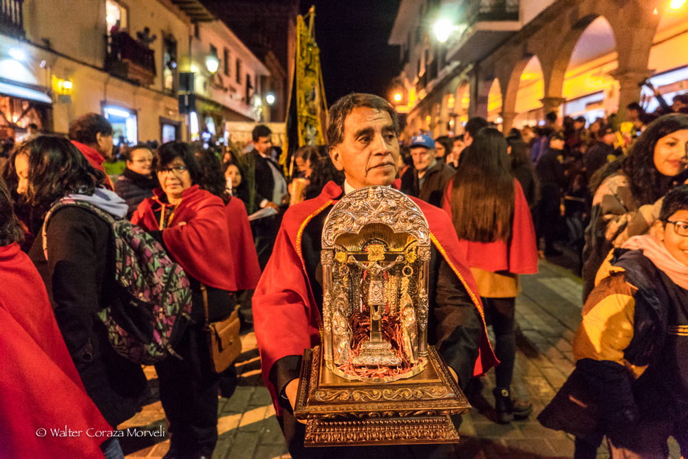 A priest carrying the image of the lord of Temblor (Photo by Walter Coraza Morveli)