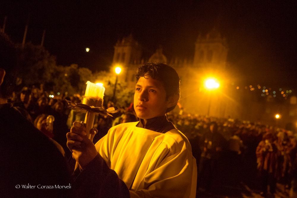 A young priest holding the candles (Photo by Walter Coraza Morveli)