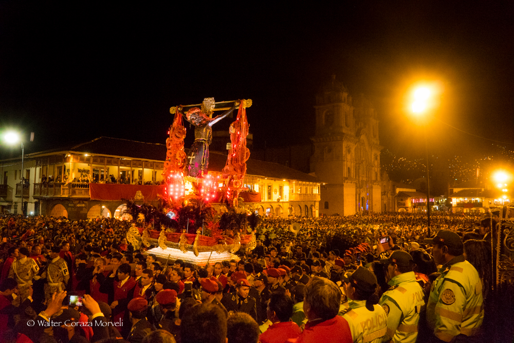 Lord of Temblors arriving to the Catedral church to start the blessing (Photo by Walter Coraza Morveli)